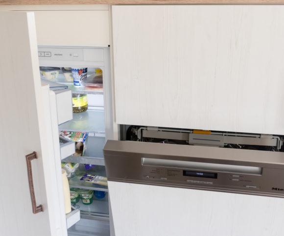 Detail-Kühlschrank-Spülmaschine