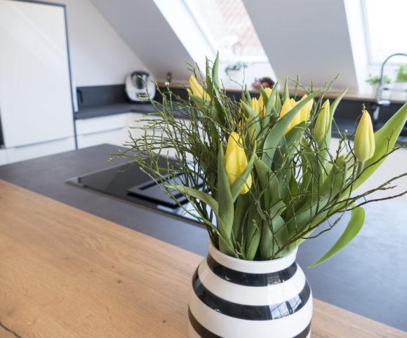 Frühlingshafte Blumengrüße in modernem Küchenumfeld