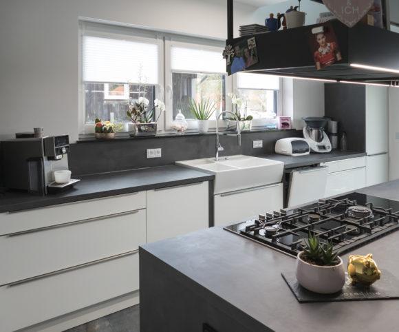 Licht und Luft im Küchenbereich mit Insel
