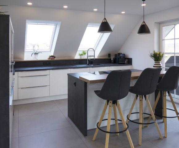 Offen, hell und freundlich: Die Küche unterm Dach bietet viel Platz